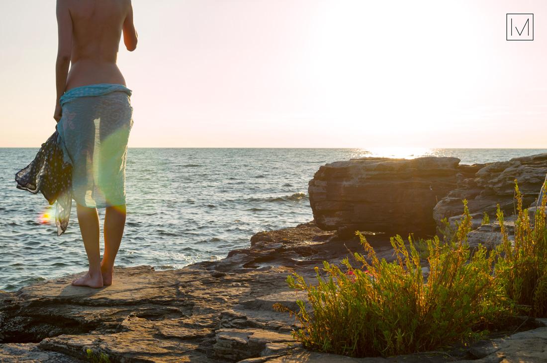 ragazza rocce mare tramonto