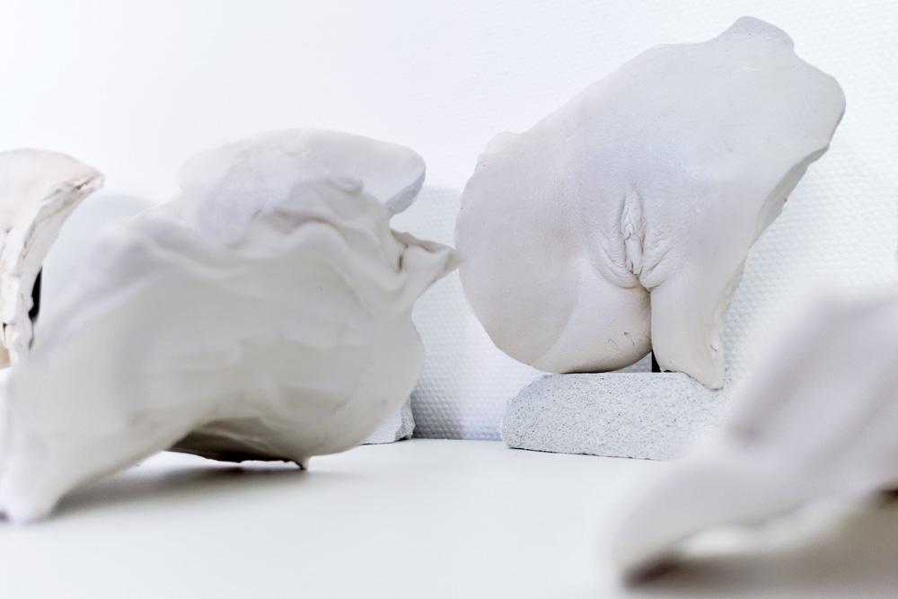 calco in gesso di vulva su piedistallo