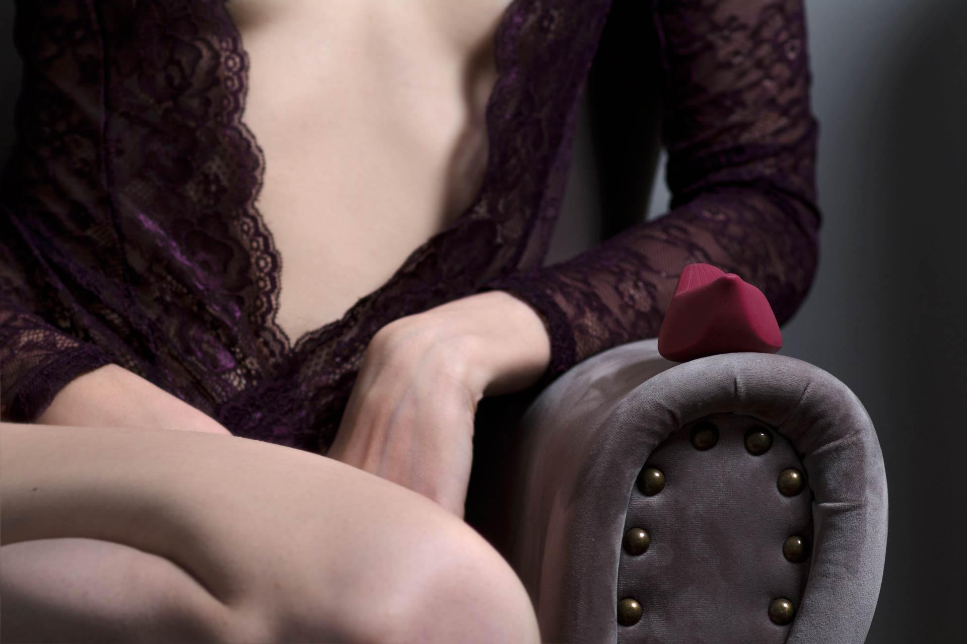 iroha+ tori sex toy sulla poltrona