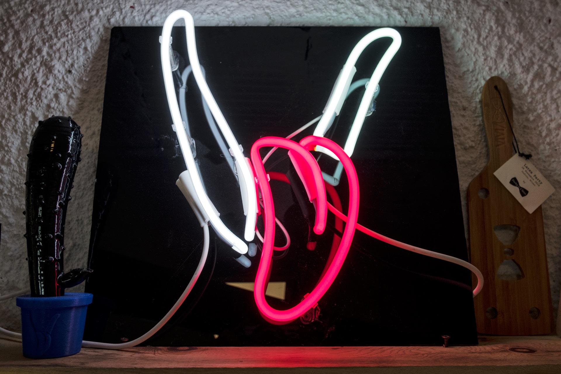 insegna al neon con logo