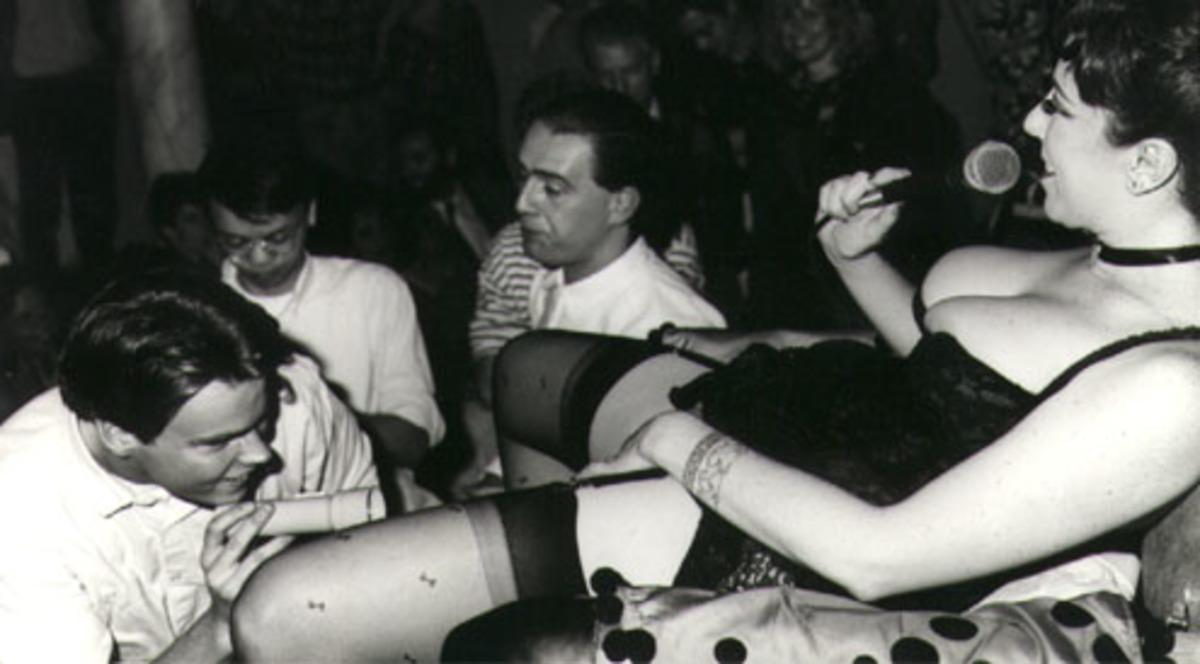 Annie Sprinkle mostra la sua cervice nella performance Public Cervix Announcement