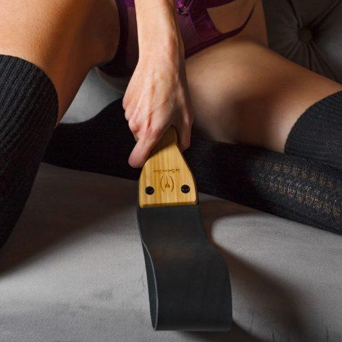 Paletta-da-spanking-morbida-in-pelle-e-bambù