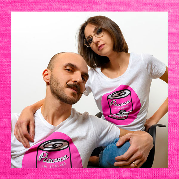 Ivano e Morena con T-shirt-Piacere-in-Scatola-Le-Sex-en-Rose
