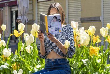 Il primo che passa libro tra tulipani