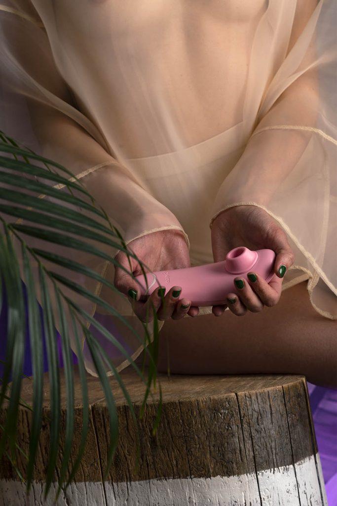 Womanizer Premium Eco tenuto in mano
