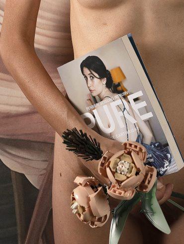 foto nuda con libro PURE